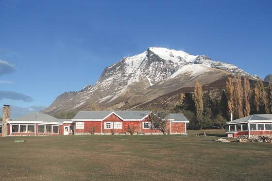 Montañas Nevadas En La Patagonia: La Patagonia, Entre Montañas Y Nieve